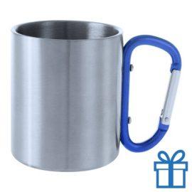 Metalen mok gekleurd oor blauw bedrukken